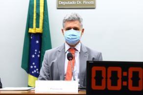 Assista: presidente da comissão, Paulo Teixeira foi empurrado pelo deputado Diego Garcia durante discussão sobre votação de requerimentos