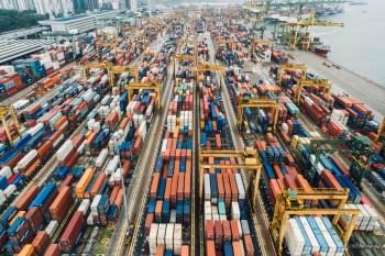 Aproximadamente 18 meses após o início da pandemia de Covid-19, o transporte marítimo global ainda está em crise