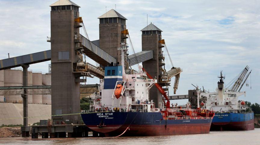 Grãos são carregados em navios para exportação em um porto do rio Paraná perto de Rosário, Argentina 31/01/2017