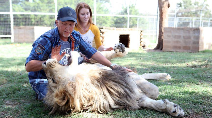 Jeff Lowe e Lauren Dropla com o leão Jax, no Greater Wynnewood Exotic Animal Park (28 de setembro de 2016)