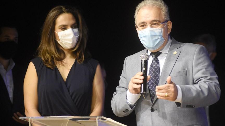 A infectologista Luana Araújo ao lado do ministro da Saúde, Marcelo Queiroga