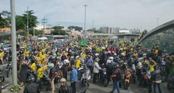 Presidente participou de passeio de moto no Rio de Janeiro e gerou aglomeração; tanto ele quanto a maioria dos apoiadores não usavam máscara