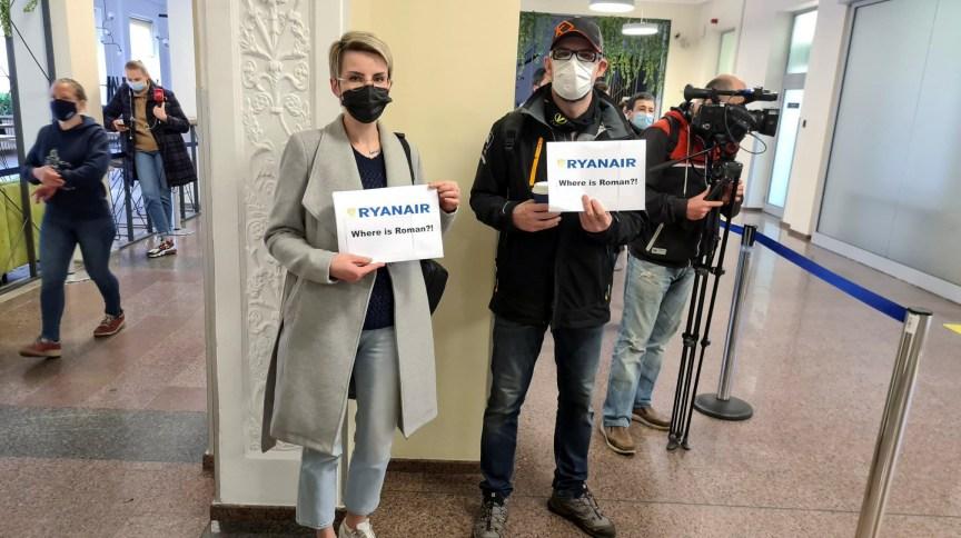 Apoiadores de Roman Protasevich protestam na chegada de voo no aeroporto de Vilnius, na Lituânia