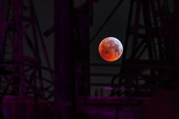 Assim como em todo eclipse total, a lua ganhará uma cor avermelhada; céu limpo deve proporcionar melhor visibilidade do fenômeno