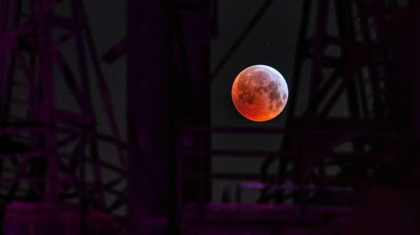 Lua de Sangue durante eclipse lunar vista sobre indústria na cidade de Duisburg, na Alemanha (21.jan.2019)