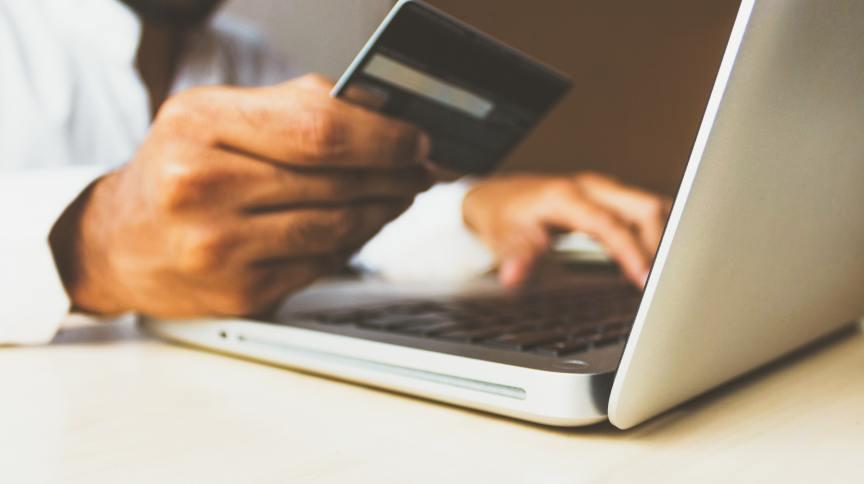 Cliente realiza compra online com cartão de crédito