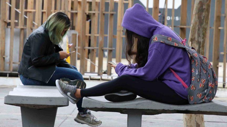 Mulheres usando o celular: Receita da TIM subiu 1,2% no 3º trimestre comparado a mesmo período de 2019