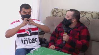 Carlinhos, de 34 anos, é portador da síndrome de Usher e contou com ajuda de amigo guia-intérprete para celebrar título do Paulistão