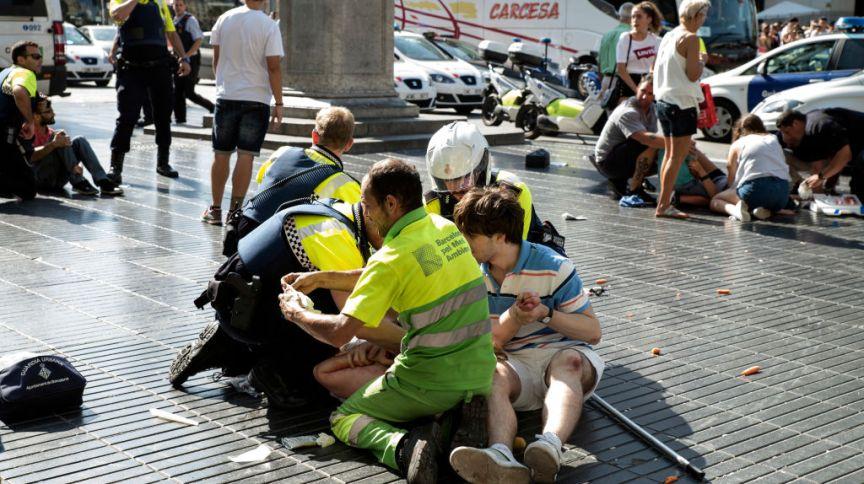 Socorristas ajudam ferido após uma van avançar em multidão em Barcelona, no dia 17 de agosto de 2017