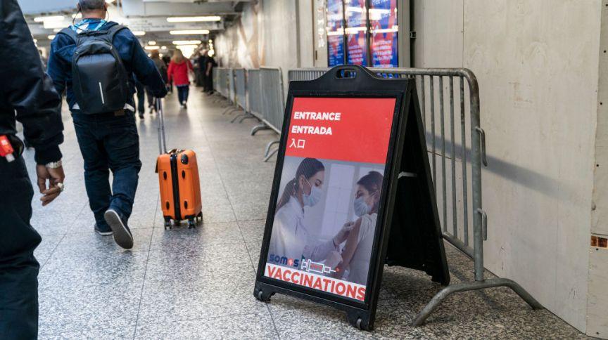 Cartaz convoca locais e estrangeiros para se vacinar em estação de metrô de Nova York