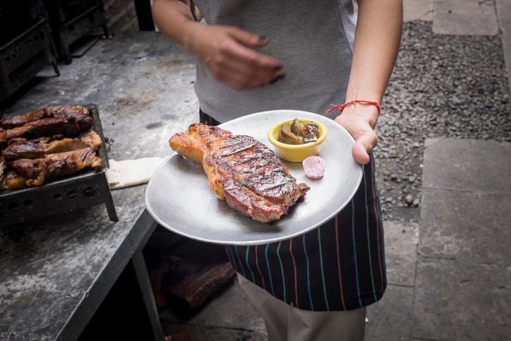 Carne argentina sendo servida