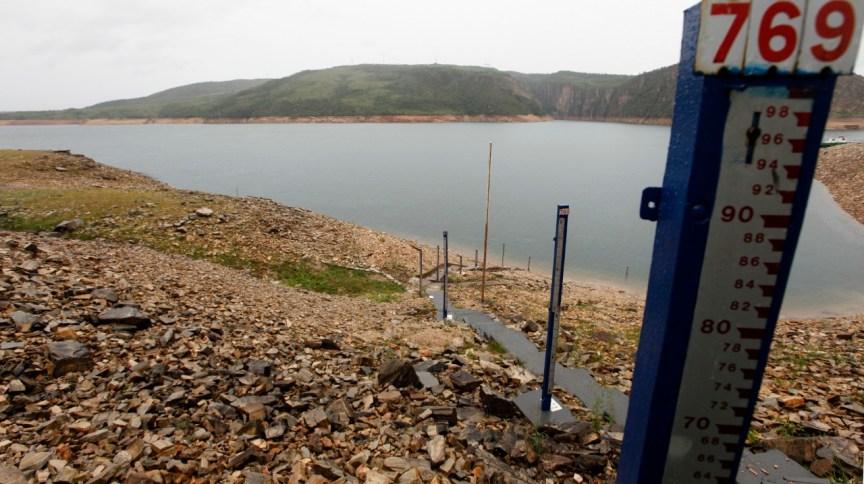 Instrumento para medição do nível d'água na barragem da usina hidrelétrica de Furnas, em São José da Barra (MG)