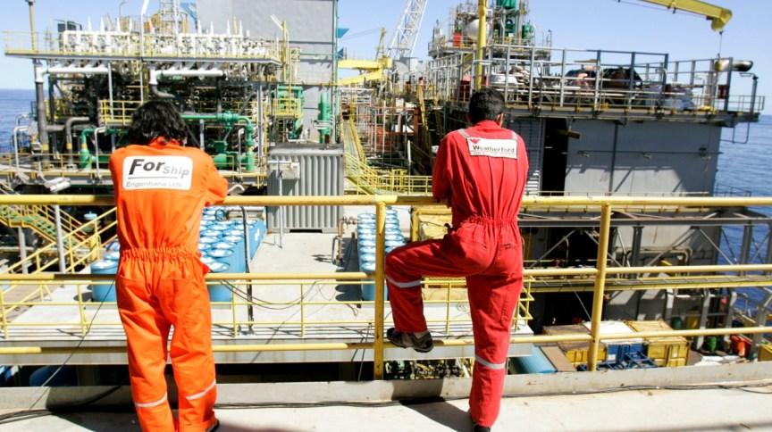 Funcionários na plataforma P-50, da Petrobras, na Bacia de Campos (21/04/2006)