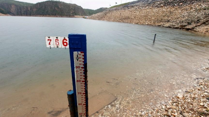 Instrumento para medição do nível d'água na barragem da usina hidrelétrica de Furnas, em São José da Barra (MG) 14/01/2013