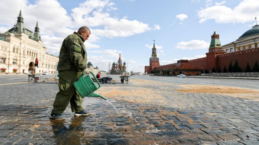 Funcionário lava chão na Praça Vermelha, em Moscou