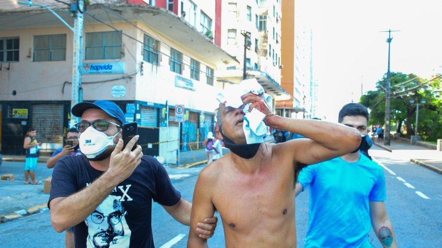 Duas pessoas foram atingidas nos olhos e perderam parte da visão após ação da PM em protesto na capital pernambucana