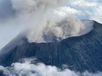 O vulcão, localizado ao leste da República Democrática do Congo, entrou em erupção no último sábado (22) e matou ao menos 31 pessoas
