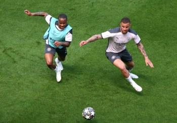 Raheem Sterling e Kyle Walker foram alvo de ofensas no Intagram depois do jogo contra o Chelsea; rede social diz que agiu rapidamente para remover conteúdo