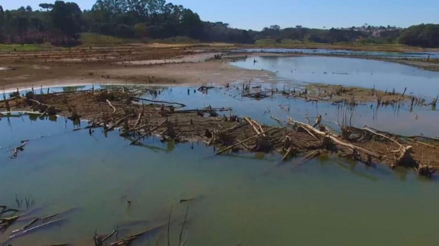 Reservatório de água em período de seca