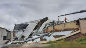 Torres de transmissão caíram e mais de 90 mil pessoas ficaram sem energia elétrica