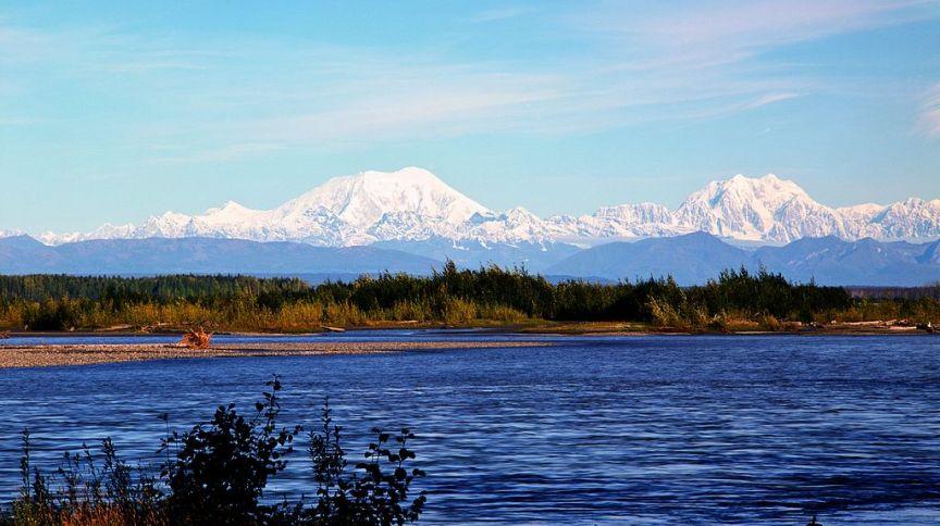 Denali do outro lado do rio Susitna, em Talkeetna, no Alasca