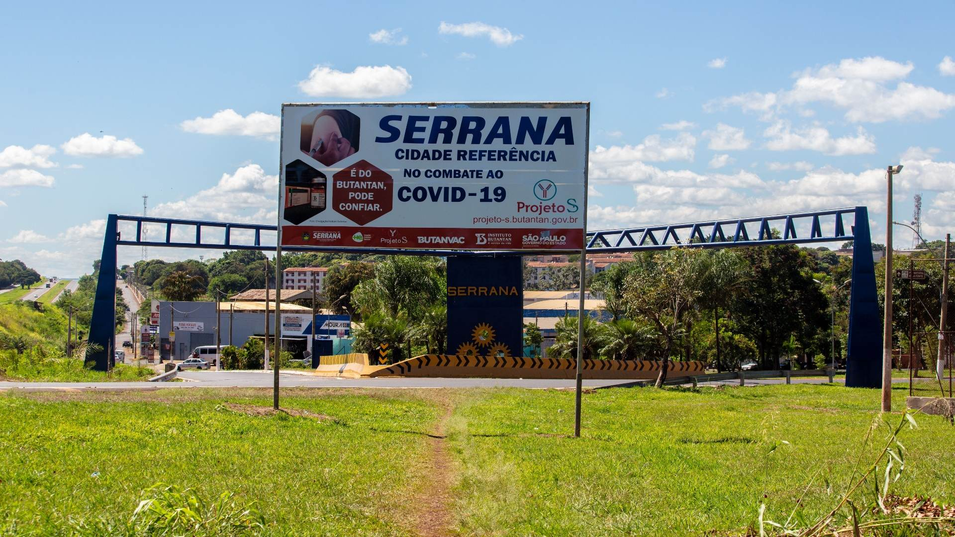 Outdoor na entrada da cidade de Serrana, no interior de SP