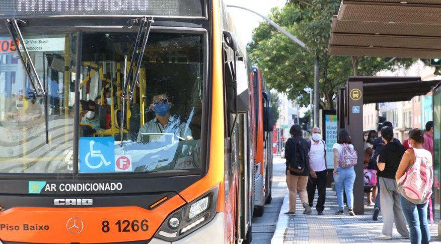 Usuários de transporte público e motoristas de ônibus utilizam máscaras de proteção na rua da Consolação. São Paulo, 29 de abril de 2020.