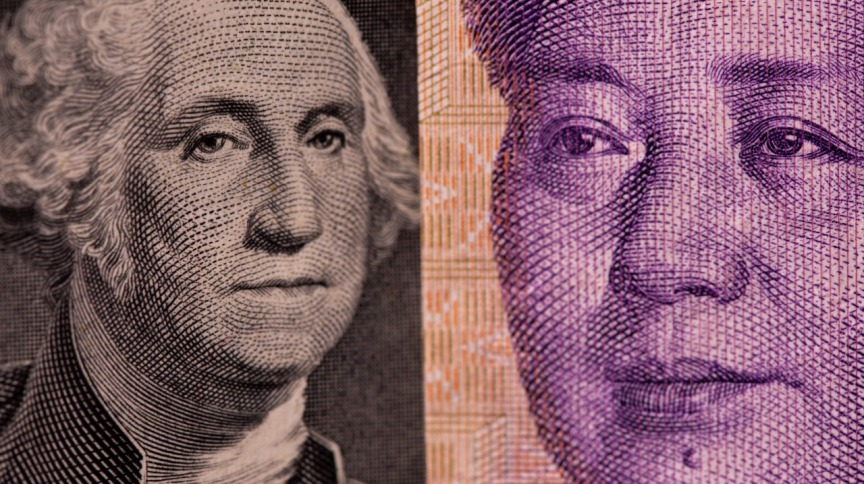 Notas de dólar e iuan lado a lado 07/05/2021
