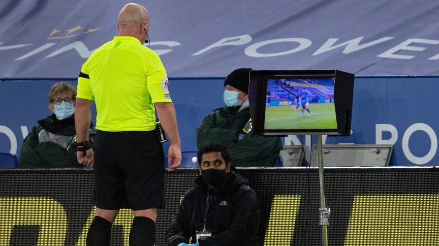 Árbitro revisa marcação de pênalti com ajuda do VAR em partida entre Fulham e Leicester City pela Premier League