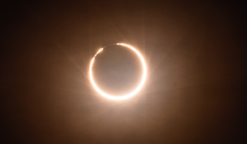 Chamado eclipse anular, a Lua parecerá caber perfeitamente dentro do Sol