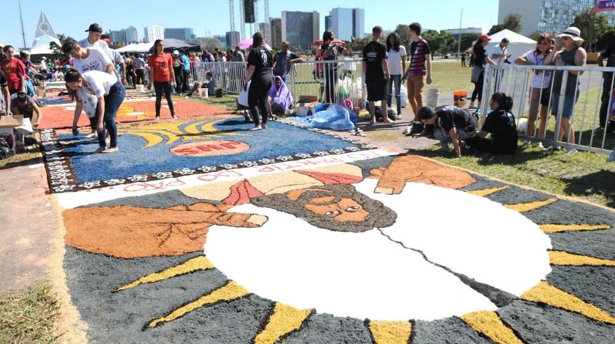Celebração de Corpus Christi é marcada pelos enfeites nas ruas, com tapetes feitos de serragem colorida