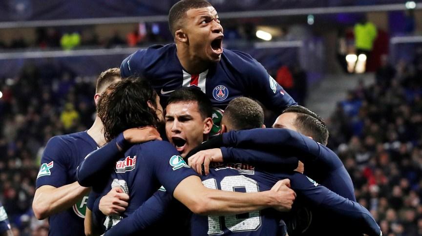 Jogadores do PSG comemoram gol contra em partida contra Lyon