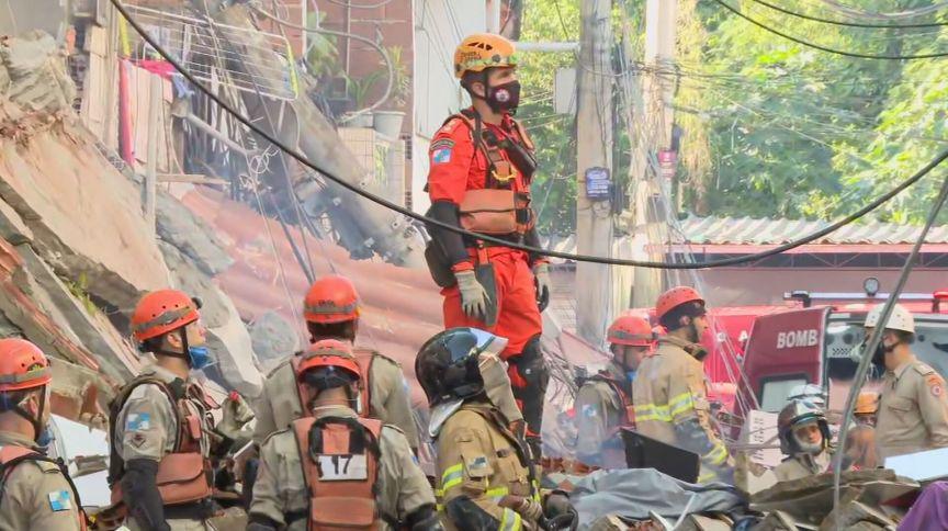 Bombeiros tentam tirar vítimas sob escombros de prédio que desabou no Rio