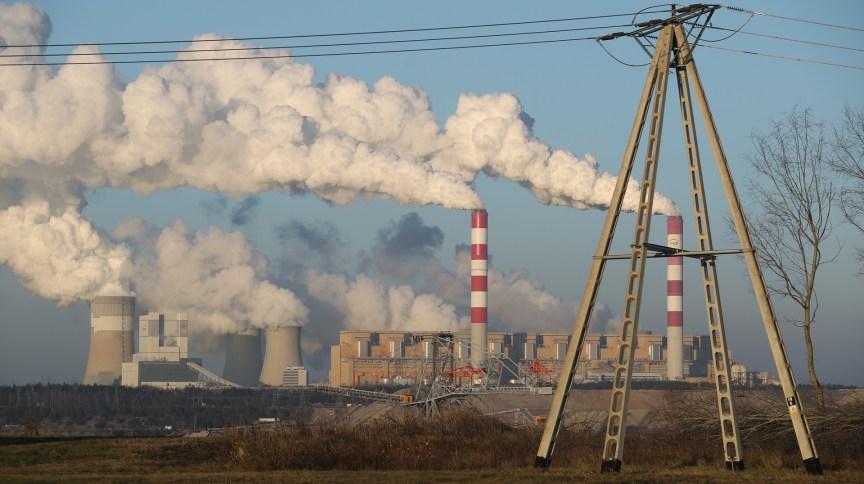 Vapor e a fumaça saem de Belchatow, na Polônia, maior usina elétrica movida a carvão do mundo; gigantes da tecnologia se uniram para cortar emissões