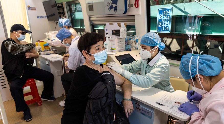 Moradores de Wuhan, onde a Covid-19 foi identificada pela primeira vez, são vacinados contra a doença