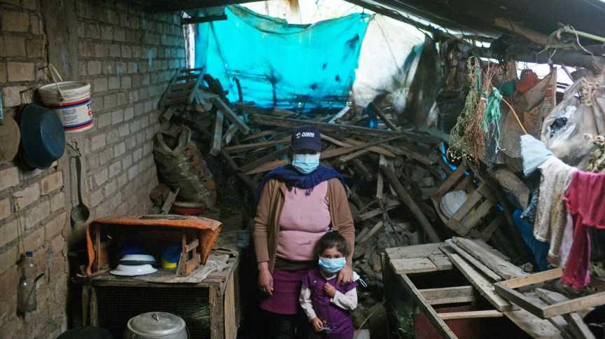 Delia Vázquez e a filha Joseline dentro de sua casa em Chota, Peru 02/06/2021