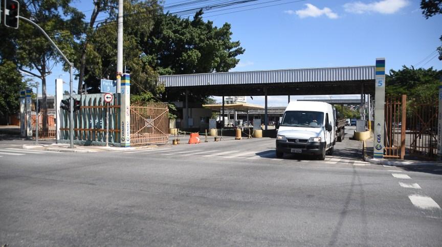 Movimentação nos portões de entrada e saída do Ceagesp em São Paulo (10.abr.2020)