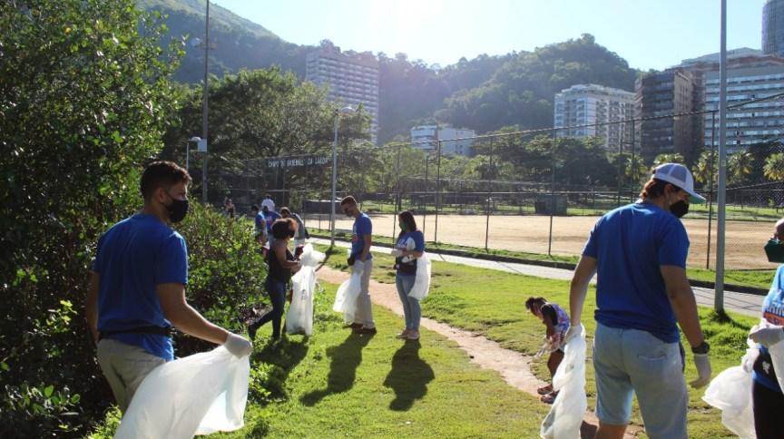 Voluntários participam de limpeza na Lagoa Rodrigo de Freitas, no Rio de Janeiro