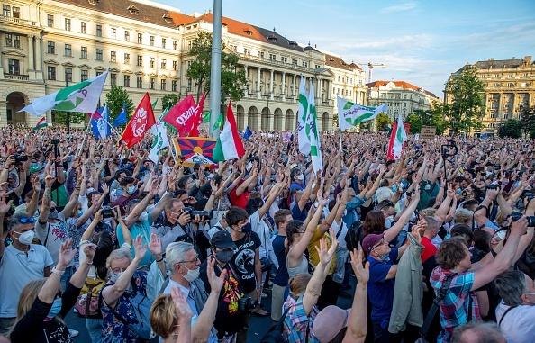 Manifestantes protestam contra a construção de um campus universitário chinês em Budapeste, em 5 de junho de 2021.