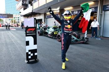 Mexicano da Red Bull herda primeira posição depois de pneu de seu companheiro estourar a 5 voltas do fim; Hamilton erra na relargada e fica sem pontos