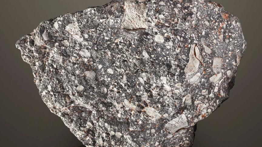 Meteorito lunar NWA 12691, que será vendido por casa de leilões