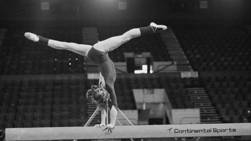 A ginasta romena Nadia Comaneci praticando na trave de equilíbrio, Reino Unido, 16 de abril de 1977