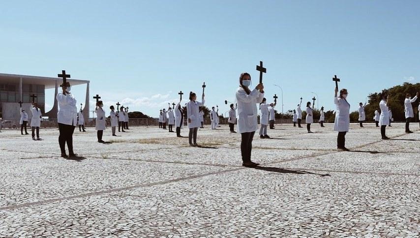 Enfermeiros e técnicos de enfermagem se reuniram, na manhã desta sexta-feira (1º) na Praça dos Três Poderes, em Brasília