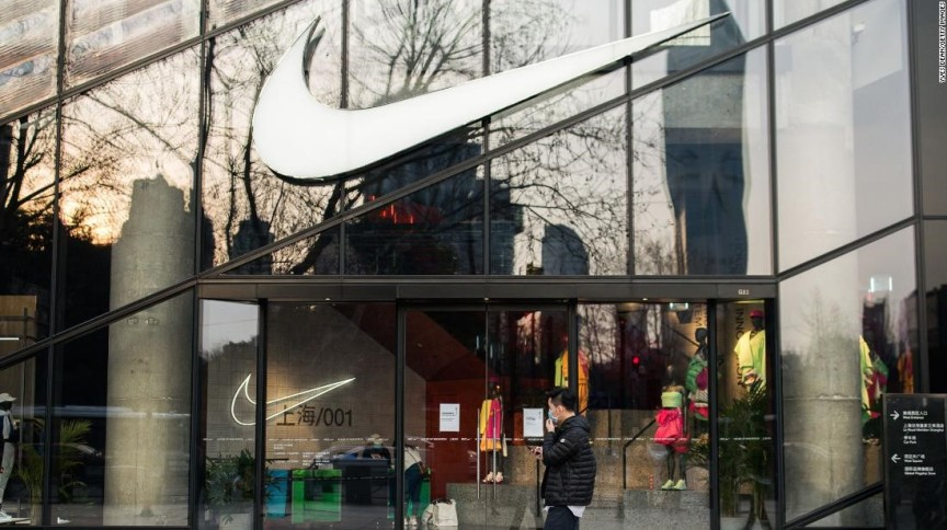 Pedestre passa por uma loja da Nike em Xangai em março