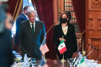 Kamala Harris faz sua primeira viagem ao exterior desde que tomou posse como vice-presidente dos EUA