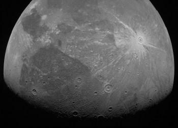Ganimedes é a lua de Júpiter, observada pela Nasa na missão Juno; com 5.262 quilômetros de diâmetro, esta lua é maior que o planeta Mercúrio