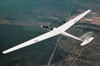 Aviões com controles eletrônicos, planador, maior pista das Américas, participações em guerra... conheça algumas curiosidades sobre a Embraer e seus aviões