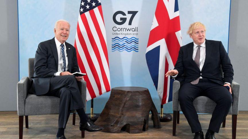 Presidente dos EUA, Joe Biden, e primeiro-ministro da Inglaterra, Boris Johnson, conversam durante cúpula do G7