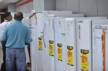 Normas de eficiência do Inmetro estão defasadas e resultam em produtos que chegam a custar mais que o dobro na conta de luz do que em outros países