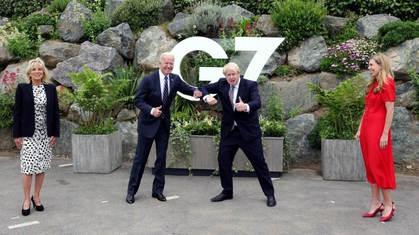 Observados por suas mulheres, Joe Biden e Boris Johnson se cumprimentam em Cornualha antes de cúpula do G7